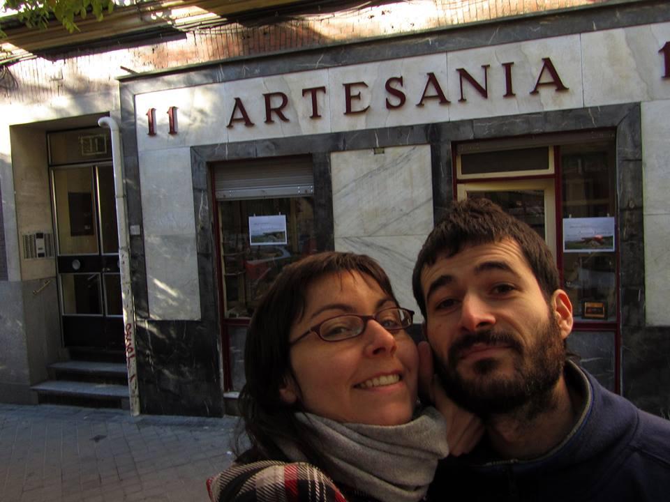 Jorge y María frente a su Artesanía Kavernícola