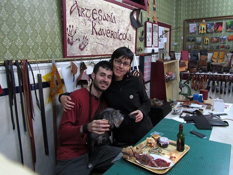 Jorge, María y Fiti en su tienda-Taller